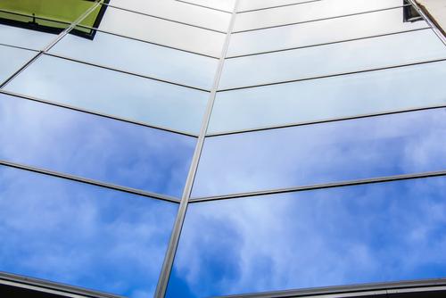 Dokonale čisté okná k dobrému divadlu skrátka patria. Čistenie a umývanie okien a výloh Bratislava. Práce vo výškách