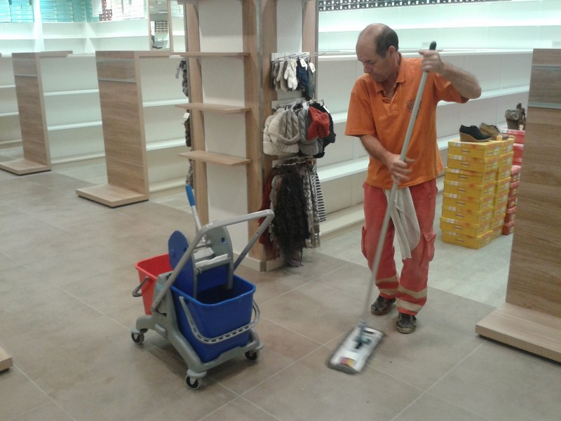 Strojové čistenie a voskovanie podláh Bratislava