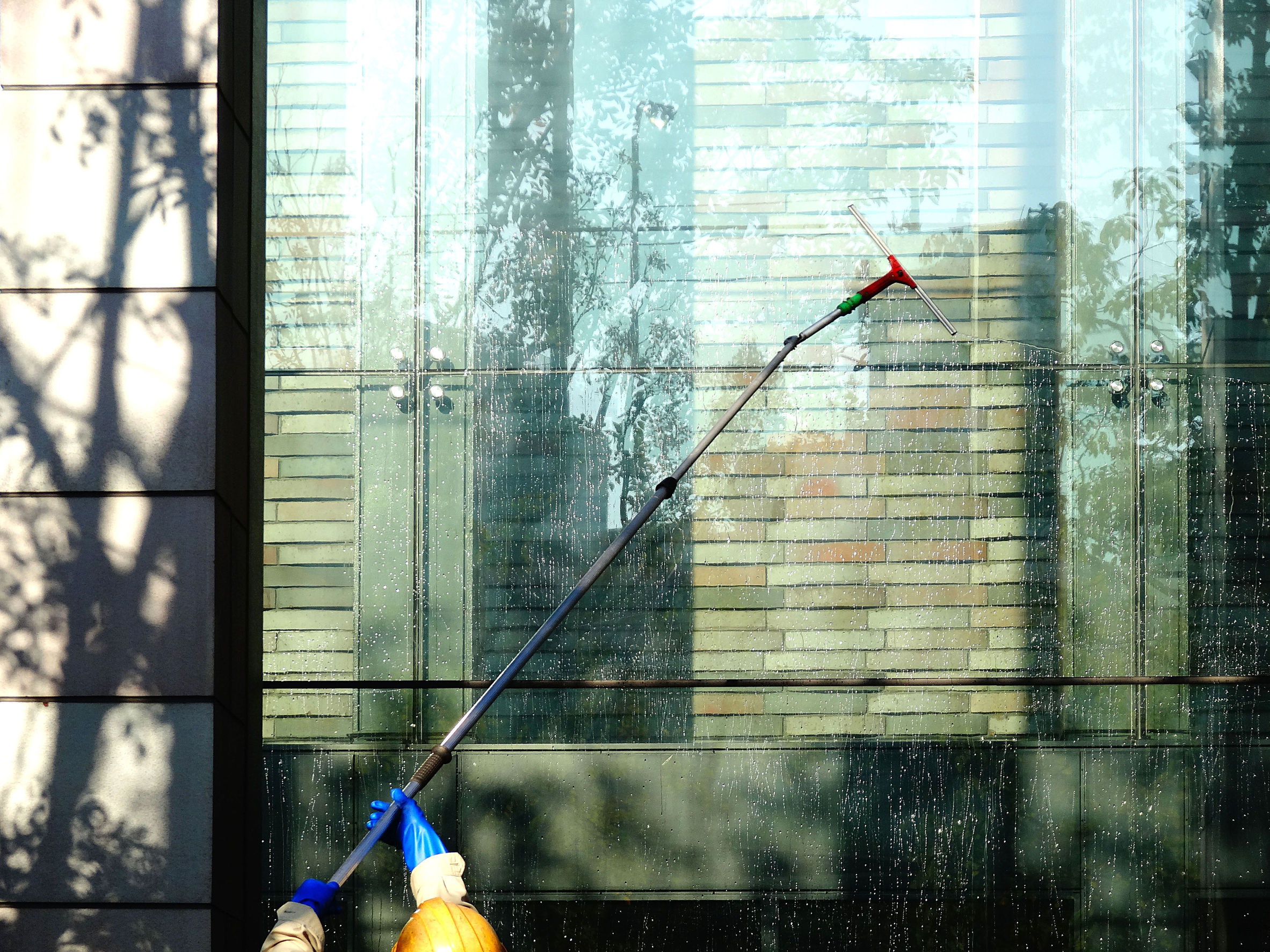 Žiarivo čisté okná kancelárie vďaka spoločnosti A SERVIS LIPKA