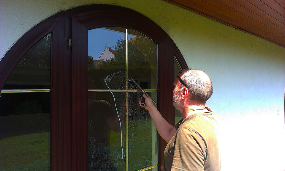 Čistenie a umývanie okien, výkladov i vo výške