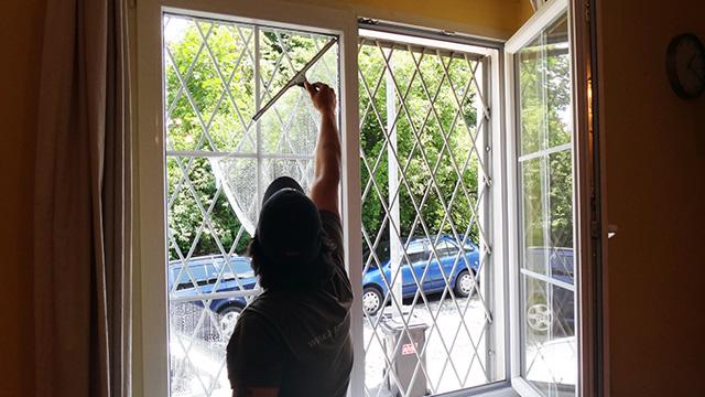 Umývanie výkladov, okien, výškové čistenie