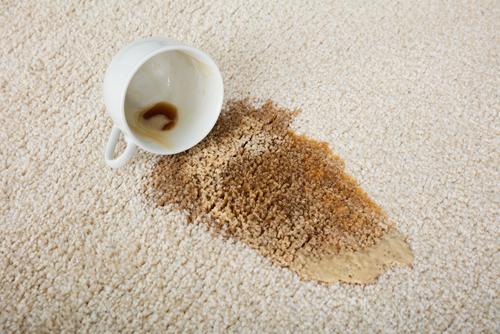 Čierny čaj a koberec? Problém, ktorý potrebuje odborníkov