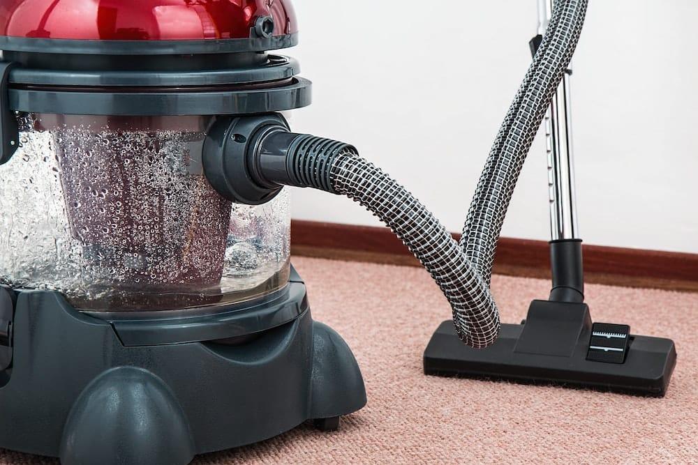 Ako vyčistiť koberce: Tipy na ručné aj strojové čistenie